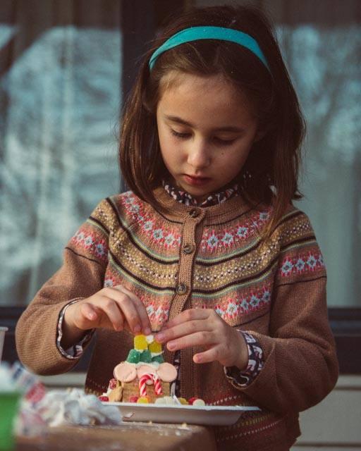 WF-2017-gingerbread-house-making-1-girl
